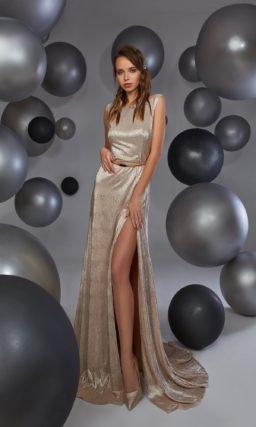 Золотое вечернее платье со смелым разрезом на юбке и открытой спинкой.