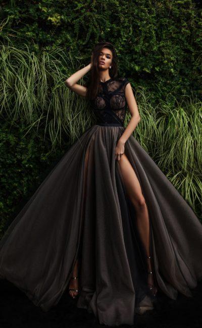 Чувственное вечернее платье черного цвета с высокими разрезами по подолу в пол.