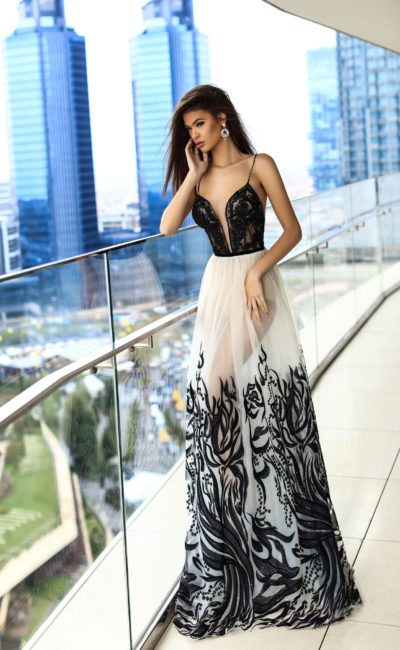 Соблазнительное вечернее платье с открытым лифом и полупрозрачной юбкой в пол.