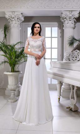 Прямое свадебное платье с кремовым поясом и роскошными аппликациями по лифу.