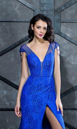 Облегающее вечернее платье синего цвета, покрытое кружевом.
