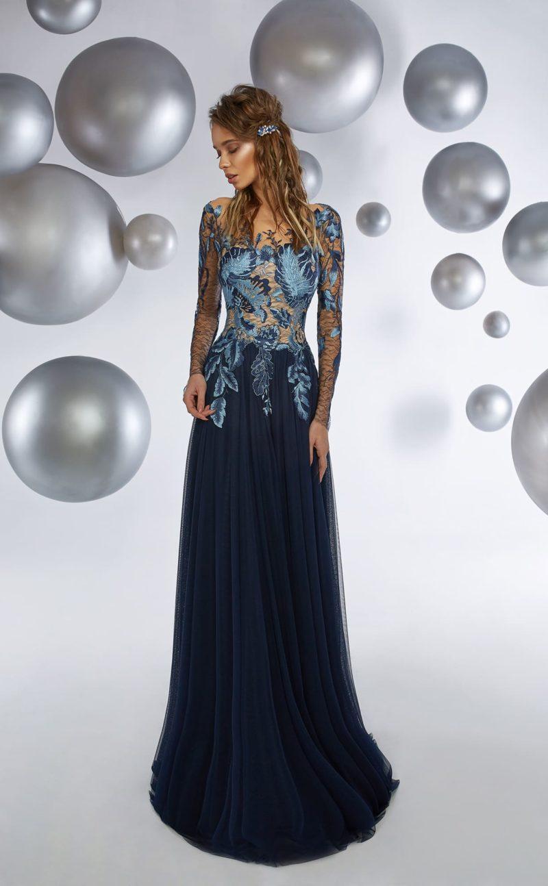 Темно-синее вечернее платье прямого кроя с отделкой вышивкой.