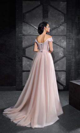 Розовое вечернее платье с открытым лифом и широкими бретелями.
