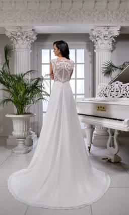 Прямое свадебное платье с полупрозрачным верхом и романтичной юбкой.