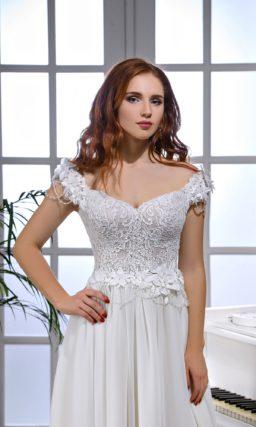 Свадебное платье прямого кроя с классическим кружевным верхом.