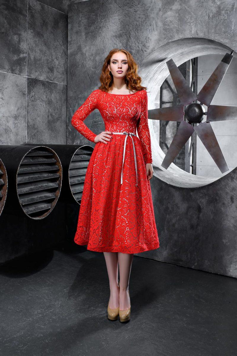 Алое вечернее платье с длинным рукавом и кружевным декором.