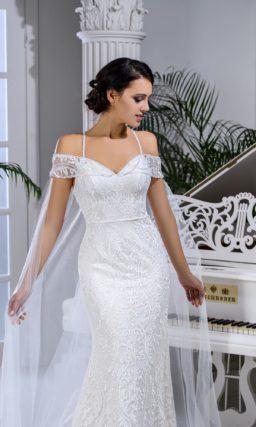 Свадебное платье «русалка» с портретным декольте и прозрачным кейпом.