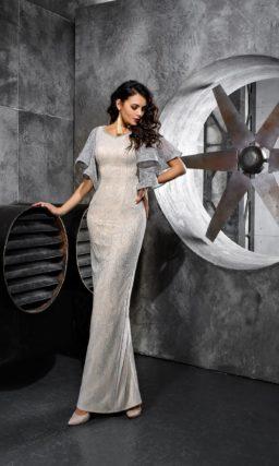 Серебристое вечернее платье прямого кроя с коротким пышным рукавом.