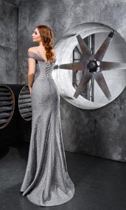Серебристое вечернее платье облегающего кроя с оригинальным верхом.
