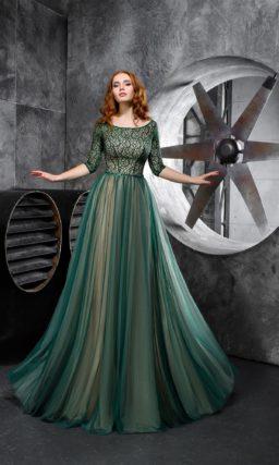 Изумрудное вечернее платье с рукавом три четверти и округлым вырезом.