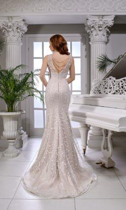 Свадебное платье «русалка» цвета слоновой кости, с узким поясом и открытым верхом.