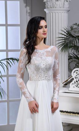 Свадебное платье прямого кроя с длинным рукавом и открытой спинкой.