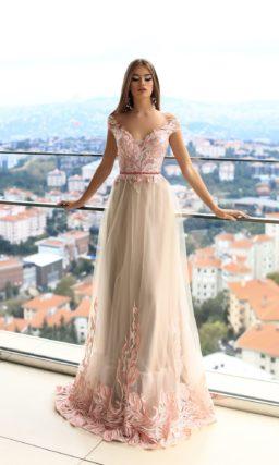 Розово-бежевое вечернее платье прямого силуэта с эффектным кружевным верхом.