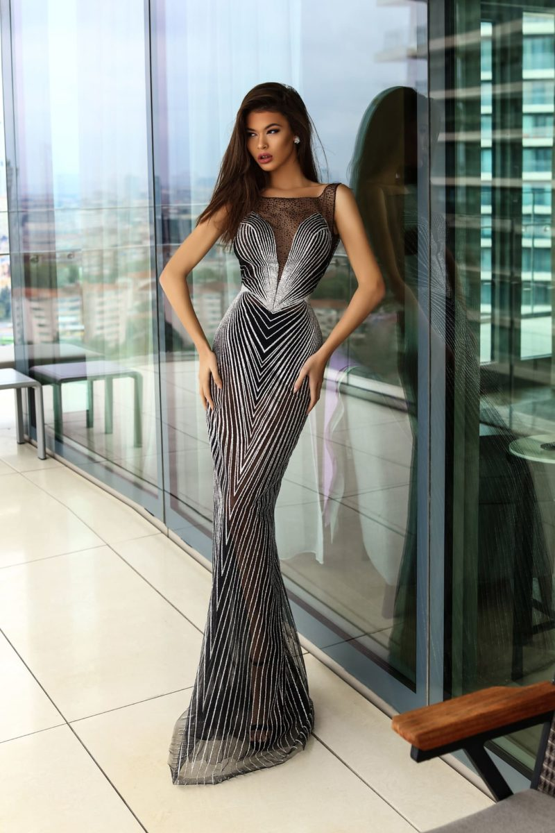 Облегающее вечернее платье черного цвета с оригинальной геометричной отделкой.
