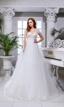 Свадебное платье с завышенной талией и коротким полупрозрачным рукавом.