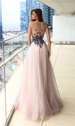 Роскошное вечернее платье со сверкающим декором и многослойной розовой юбкой.