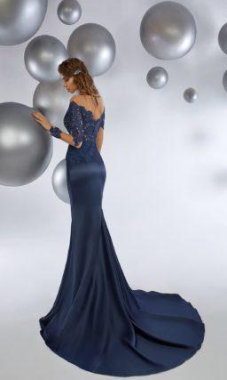 Темно-синее вечернее платье «русалка» с длинным прозрачным рукавом.