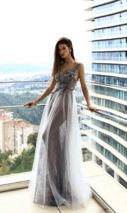 Дымчатое вечернее платье с асимметричным верхом и многослойной юбкой.
