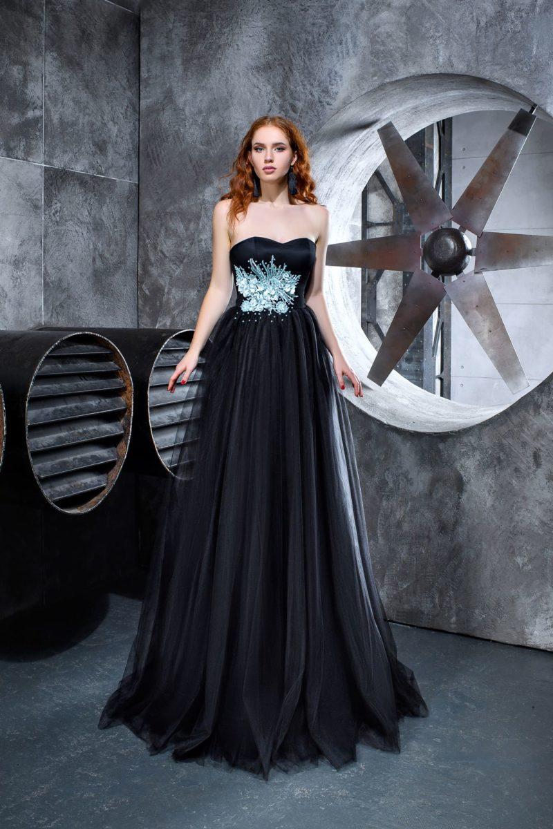 Черное вечернее платье с открытым лифом и голубой отделкой по корсету.