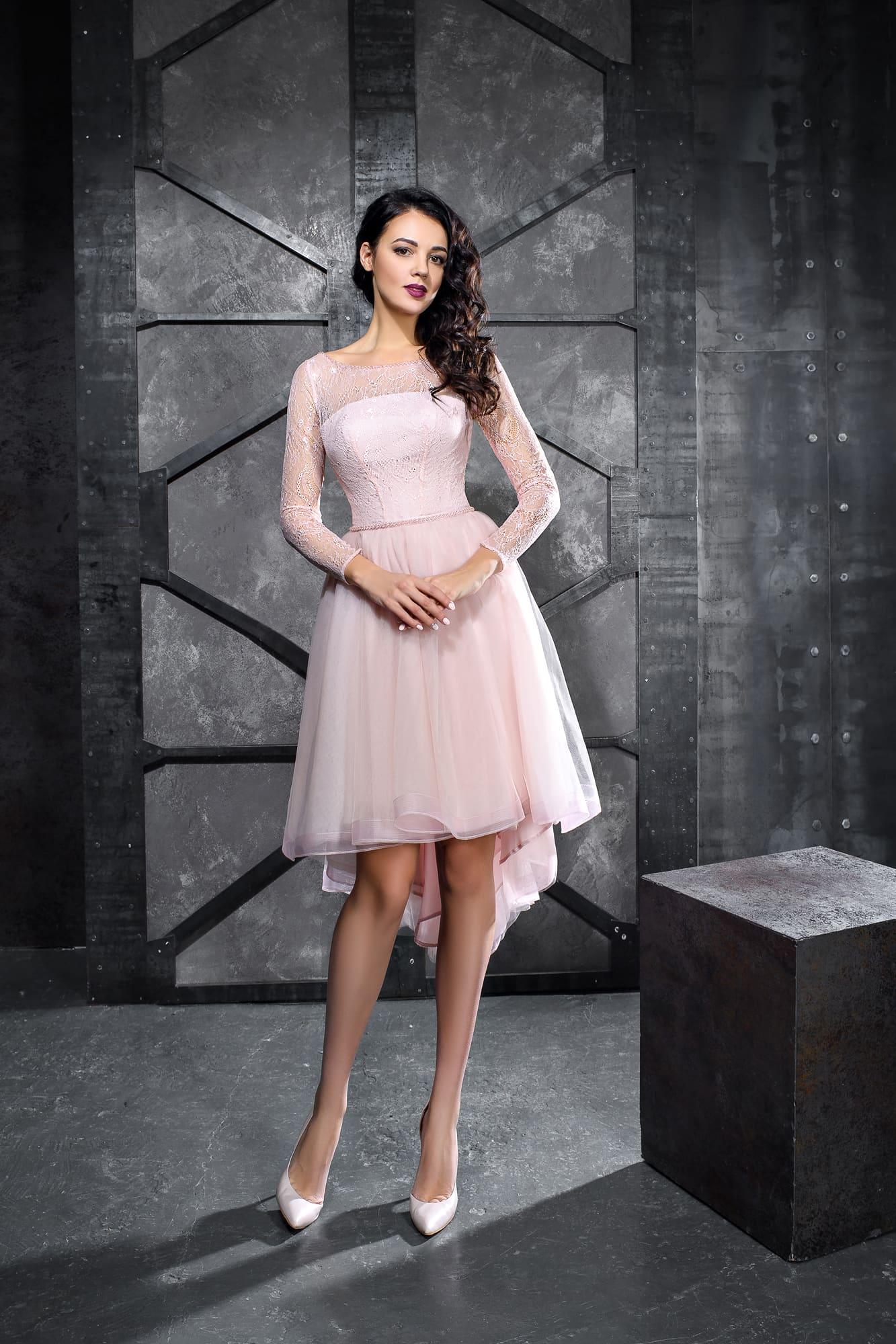 618642c24cbbf2d Розовое вечернее платье с длинным рукавом и юбкой длиной до колена.