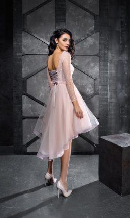 Розовое вечернее платье с длинным рукавом и юбкой длиной до колена.