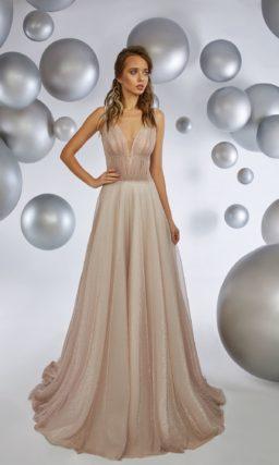 Пудровое вечернее платье с юбкой в пол и глубоким декольте.