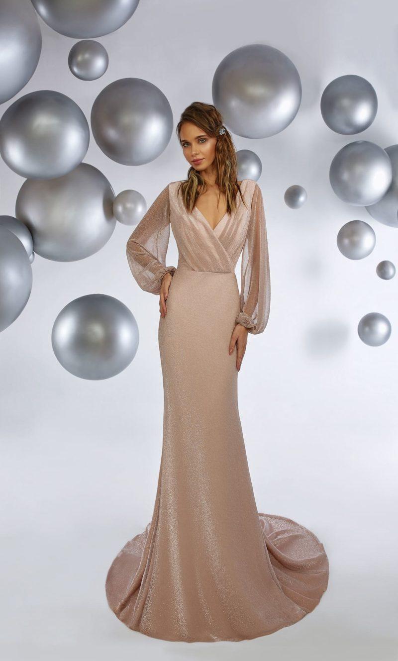 Прямое вечернее платье с эффектным вырезом и длинным рукавом.