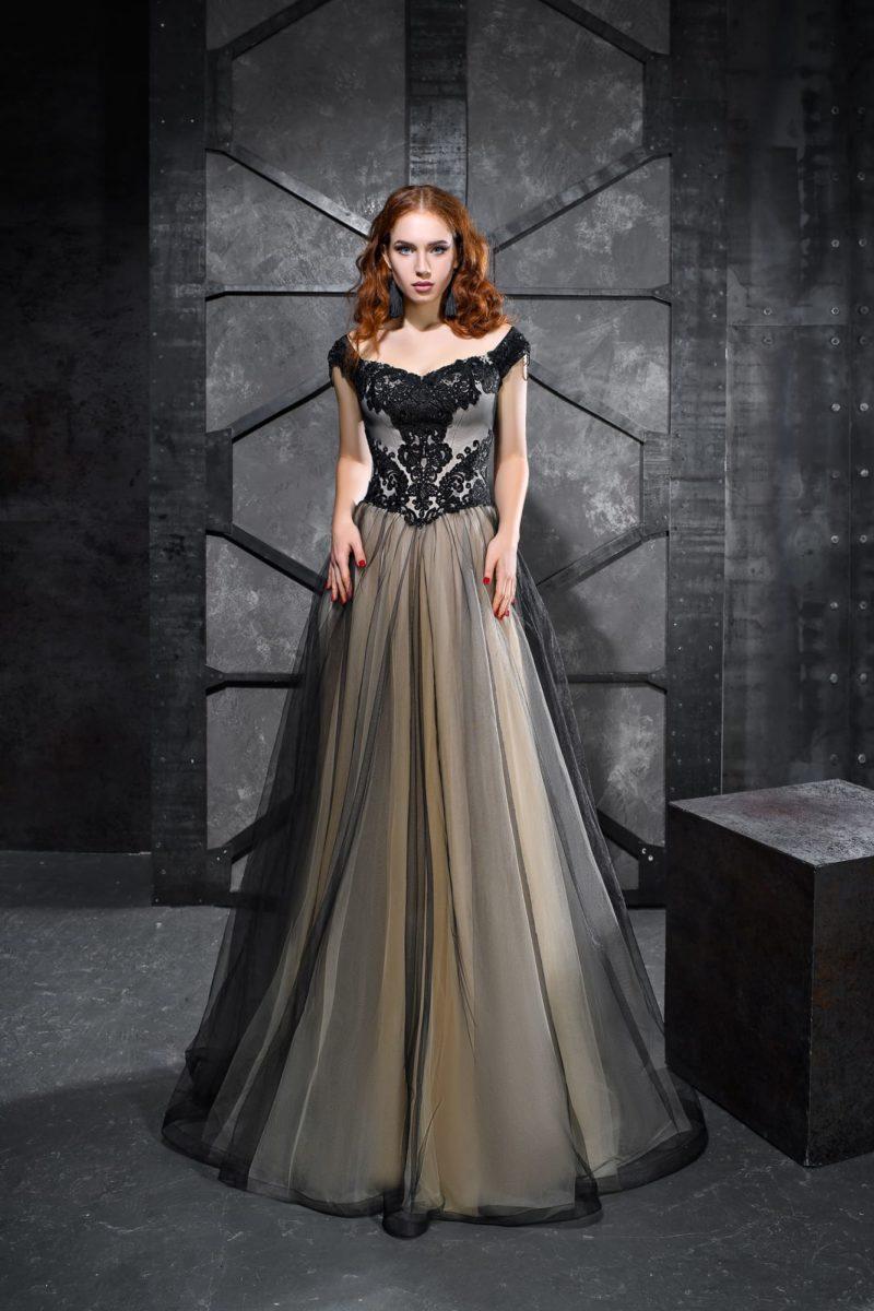 Дымчато-бежевое вечернее платье с кружевным декором и многослойным низом.