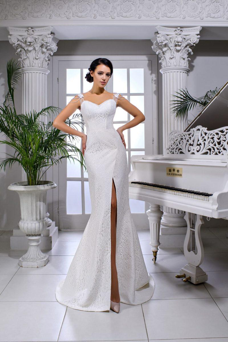 Облегающее свадебное платье с открытым лифом и разрезом по подолу.