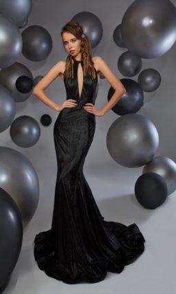 Черное вечернее платье облегающего кроя с открытой спинкой.