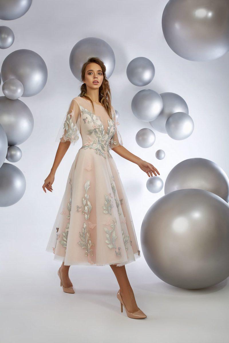 Розовое вечернее платье с отделкой аппликациями и юбкой чуть ниже колена.