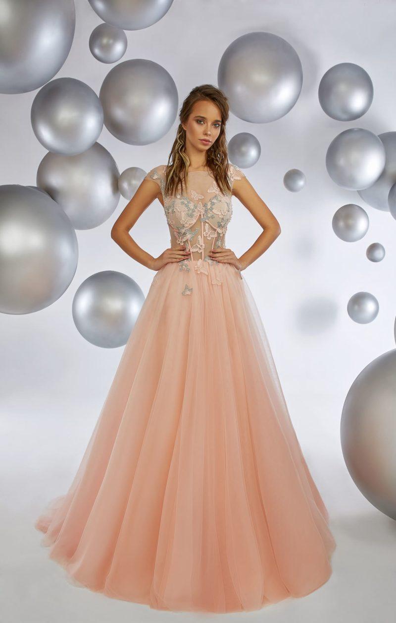 Персиковое вечернее платье с коротким рукавом и отделкой бабочками.