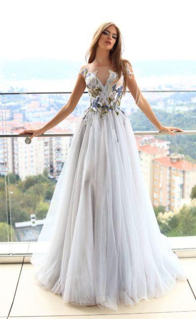 Белое платье с декором