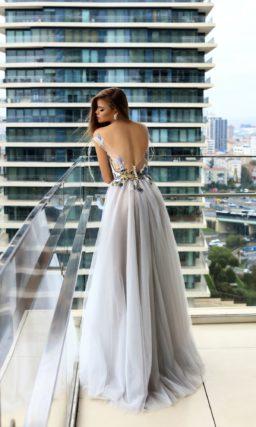 Романтичное вечернее платье с вышивкой по корсету и многослойным низом.