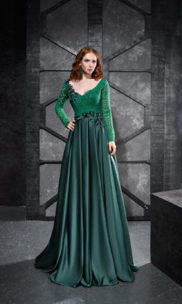 Изумрудное вечернее платье со стильным вырезом и прямой юбкой в пол.