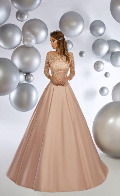 Кремовое вечернее платье с кружевным верхом и атласной юбкой в пол.