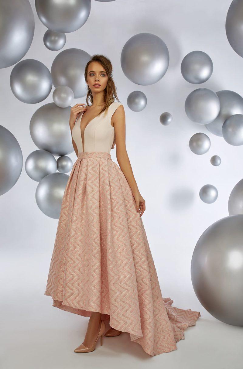 Пудровое вечернее платье с V-образным вырезом и укороченным подолом.