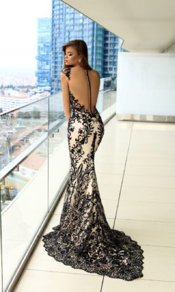 Изысканное вечернее платье облегающего кроя с бежевой подкладкой и черным кружевом.