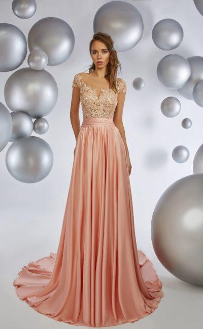 Персиковое вечернее платье с кружевным лифом и роскошным подолом.