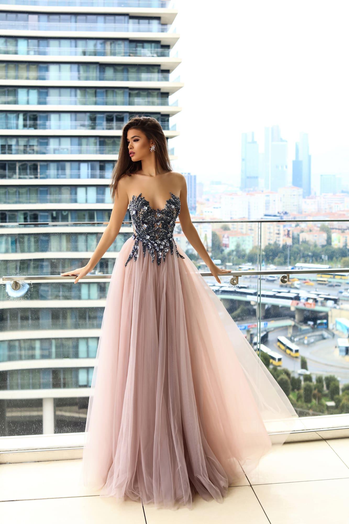 10f12ce69e9 Стильное вечернее платье с сияющим корсетом и многослойной розовой юбкой.