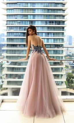 Стильное вечернее платье с сияющим корсетом и многослойной розовой юбкой.