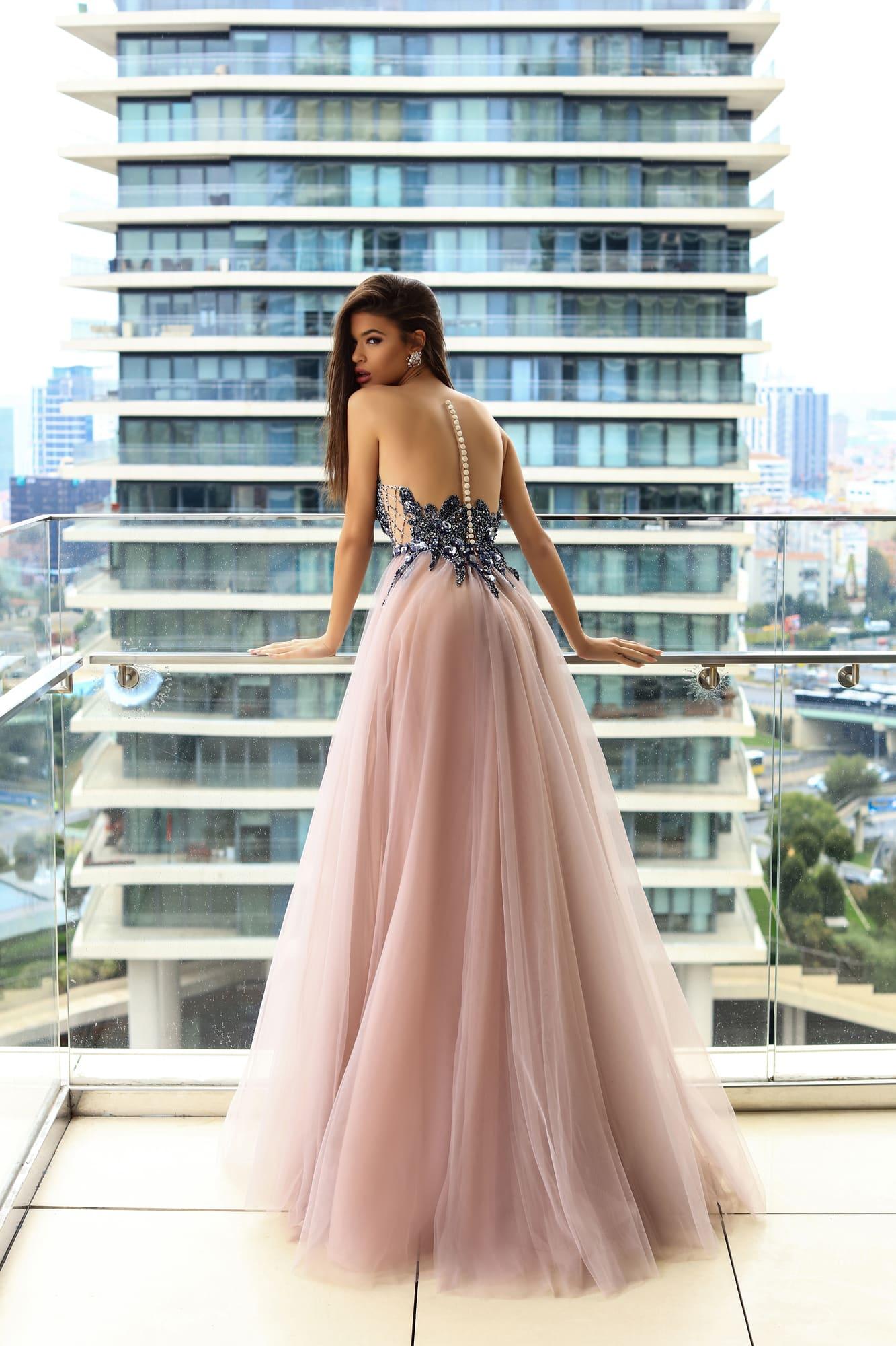 abead863644 Стильное вечернее платье с сияющим корсетом и многослойной розовой юбкой.