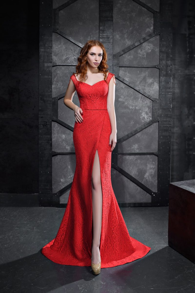 Алое вечернее платье «русалка» с эффектным лифом и разрезом на юбке.