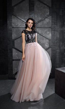 Черно-розовое вечернее платье с юбкой в пол и коротким рукавом.