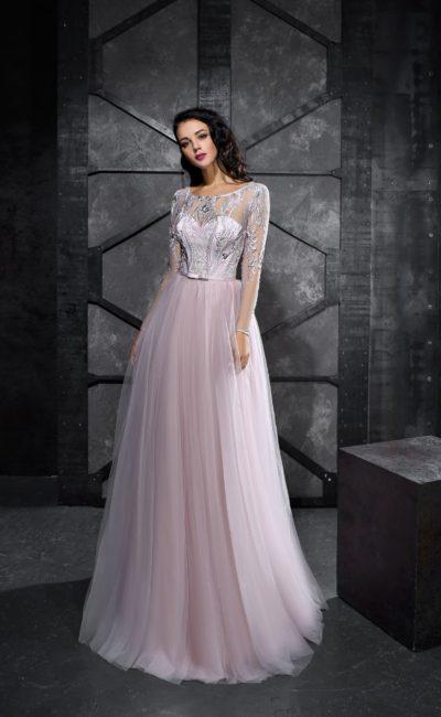 Розовое вечернее платье с длинным полупрозрачным рукавом и юбкой в пол.