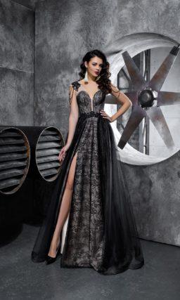 Черное вечернее платье с разрезом на юбке и кружевной отделкой по всей длине.