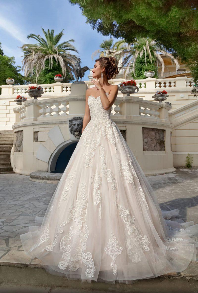 Свадебное платье пышного кроя с открытым кружевным корсетом.