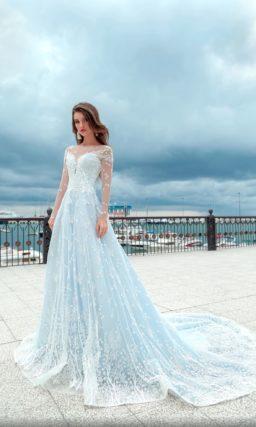 Голубое свадебное платье с прозрачными рукавами и длинным шлейфом.