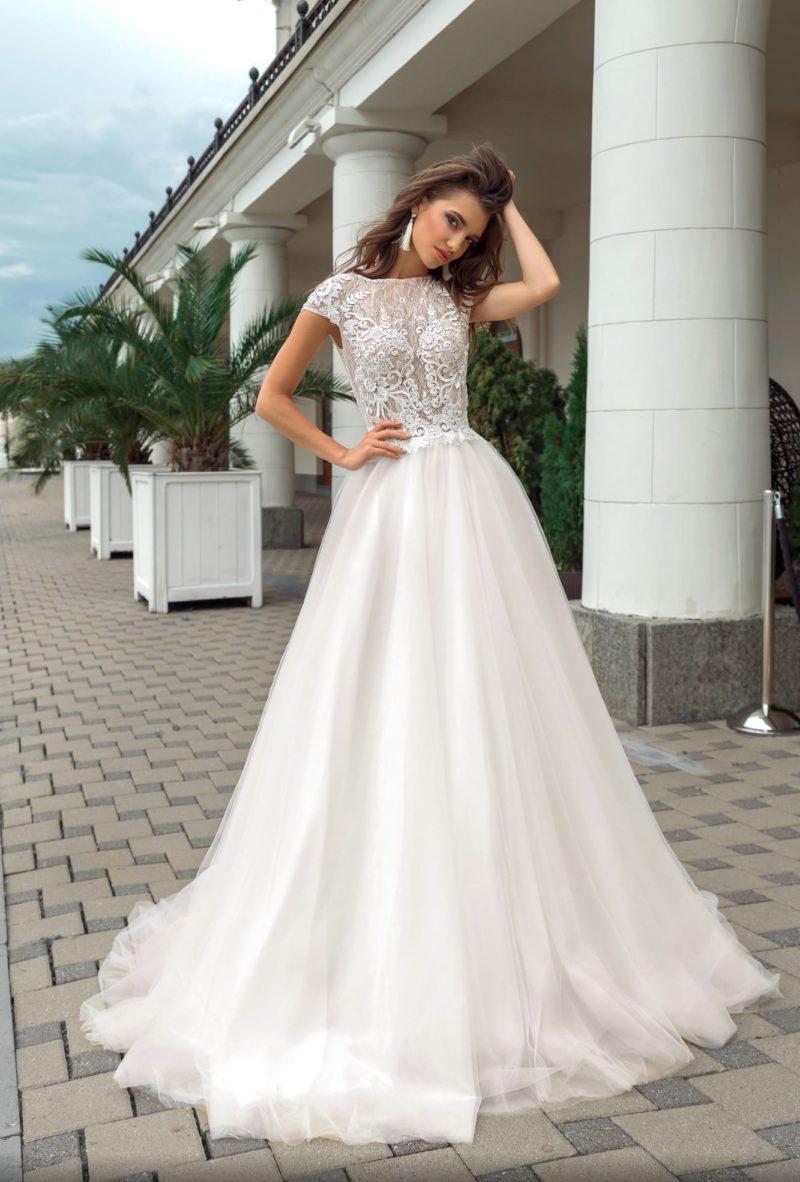 Пышное свадебное платье с закрытым кружевным лифом с коротким рукавом.