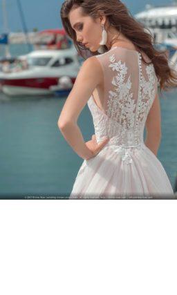 Свадебное платье розового цвета с кружевным декором спинки и шлейфом.